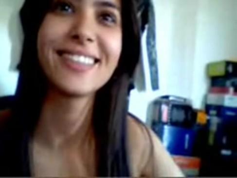 Novinha chupando um pau na webcam
