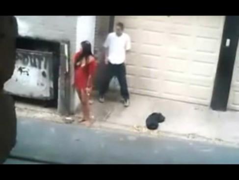 Comendo a garota de programa na calçada