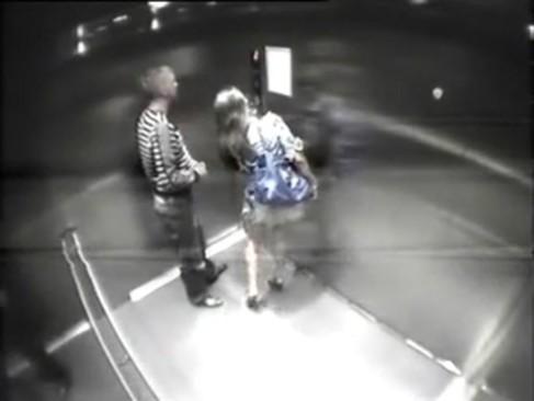 Casal flagrado por uma camera no elevador