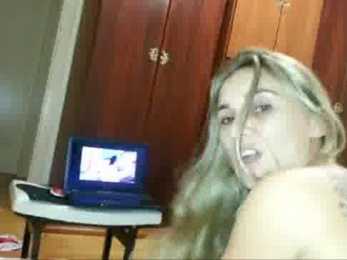 Novinha tatuada assistindo um porno e dando o cuzinho - http://www.videosnacionais.com