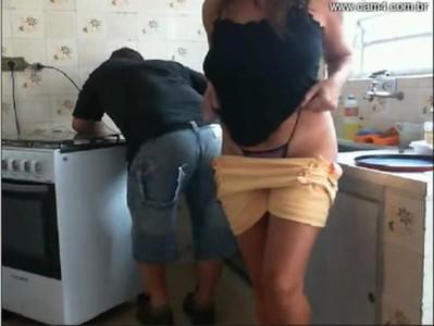 Provocando o rapaz consertando o fogao