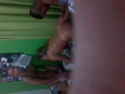 Novinha dando para dois na favela