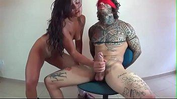 Morena deliciosa sentando na pica do tatuado