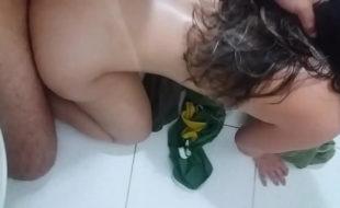 Metendo a piroca na safada no banheiro