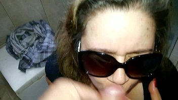 Gozando na cara da safada de oculos escuro
